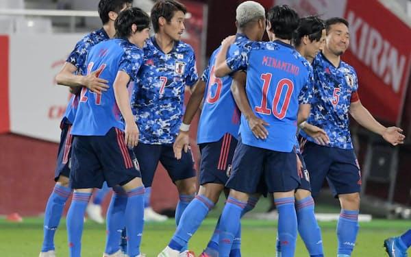 後半、先制ゴールを決めた伊東(左から2人目)を祝福する日本イレブン(11日、ノエビアスタジアム神戸)