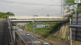 コンクリート片が落下した跨道橋(資料:香川県、以下同じ)