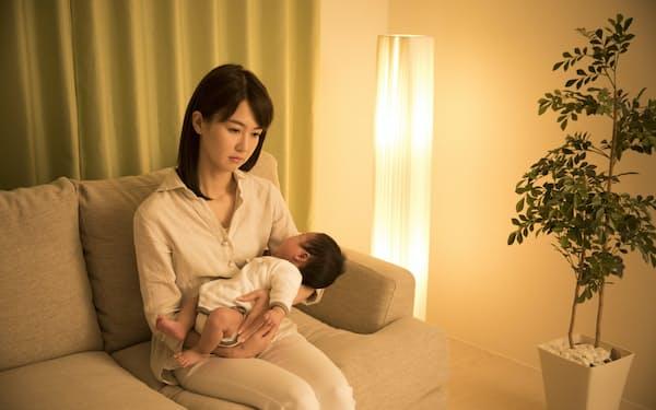 子育て負担は女性に集中しがち(写真はイメージ=PIXTA)