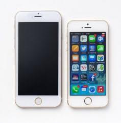 iPhone 6のモックアップ(左)とiPhone 5s。画面サイズが4.7インチのモデルと思われ、ボディーサイズは高さ137.5mm、幅67ミリ