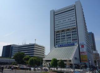 中野サンプラザ(右)と中野区役所(左)