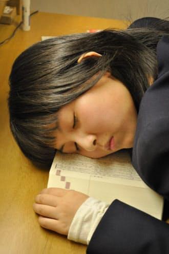ソーシャルメディアを使う時間が増えた結果、睡眠時間や勉強時間が減っている(写真はイメージ)
