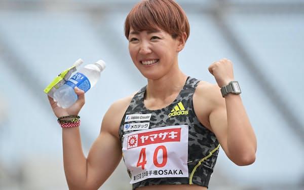 女子100メートル障害で優勝しポーズをとる寺田(26日、ヤンマースタジアム長居)
