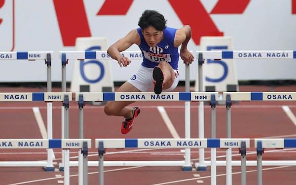 男子110メートル障害決勝で力走する泉谷(27日、ヤンマースタジアム長居)