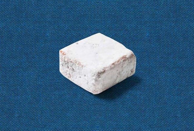 縦横約3センチメートル、高さ約1.5センチメートルの白くて四角い物体。これが、イオンが新たに送り出した「魚」だ(写真提供/イオントップバリュ)