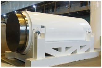 神戸製鋼所高砂製作所で製造したキャスク。幅は約6m、外径約2.4m。東京電力福島第一原子力発電所で運用されている