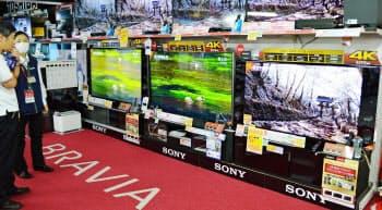 図1 家電量販店のテレビ売り場。ビックカメラ有楽町店で撮影(共同)