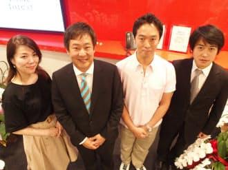 アニメイト(東京・板橋)とヤフー連合は電子書店の世界に新しい風を吹かせようと試みる。写真は、アニメイトとヤフー傘下GyaOの共同出資会社「アニメイトギャオ」(東京・板橋)の国枝信吾社長(左から2番目)や佐藤美佳取締役(一番左)ら、今回のプロジェクトの主要メンバー