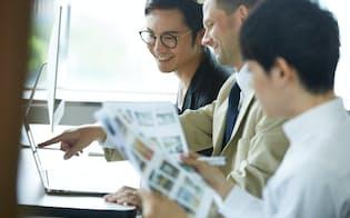 国内の職場でも外国人の同僚と働く人が増えつつある(写真はイメージ=PIXTA)