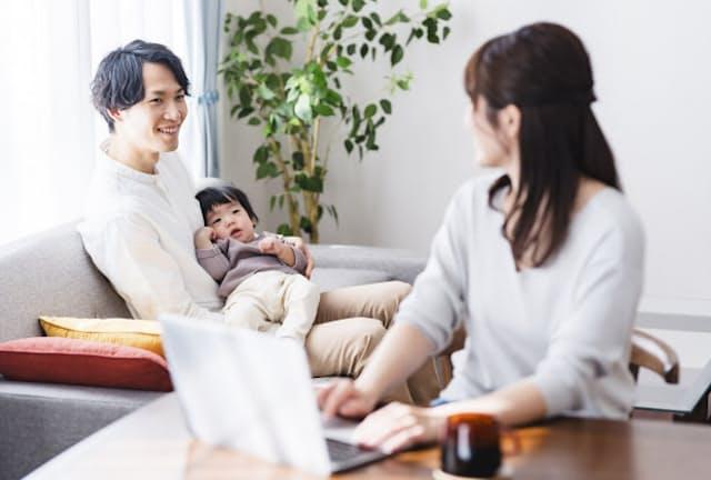 「改正育児・介護休業法」で男性の育児参加を促す(写真はイメージ=PIXTA)