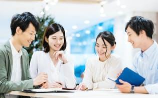 多様なメンバーが相互の持ち味を生かして働くには「対話」が欠かせない(写真はイメージ=PIXTA)