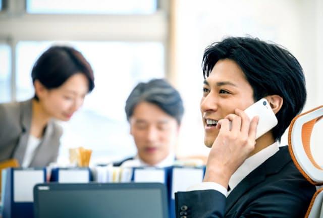オフィスでの電話は意外に周りから聞かれている(写真はイメージ) =PIXTA
