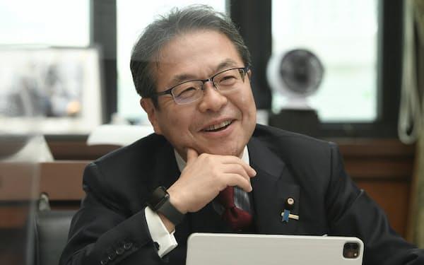 せこう・ひろしげ 1962年生まれ。86年早大政経卒、NTT入社。98年に参院和歌山選挙区で初当選。首相補佐官、内閣官房副長官、総務大臣政務官、経済産業大臣などを歴任。2019年から現職。