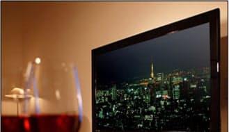 図2 海外で売れているサムスン電子の製品。欧州向けワイングラス形薄型テレビ(左)と、インド向けカギ付き冷蔵庫(右)