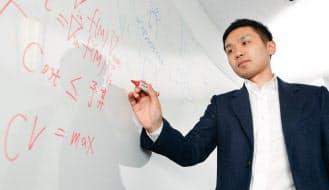 サイバーエージェントの岡川宏之氏は、素粒子物理学の博士号を持つ。研究生活では当たり前だった「数式」によるコミュニケーションを封印し、分析の効果を分かりやすく伝える工夫を重ねる(写真:村田和聡)