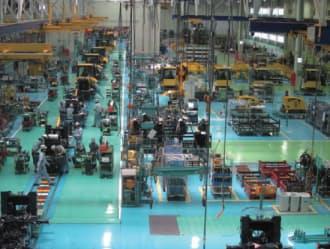 図1 ホイール生産ラインの全景。フレームとその両脇の作業スペースは、メーンライン(写真の左側)上を奥に向かって流れていく。大型部品はクレーンで運ぶ。新工場の延床面積は3万1900平方メートル