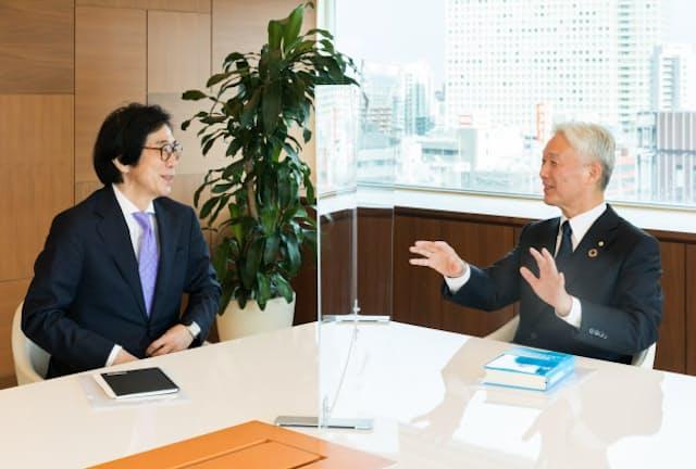 沢田道隆・花王会長(右)と伊藤邦雄・一橋大学CFO教育研究センター長
