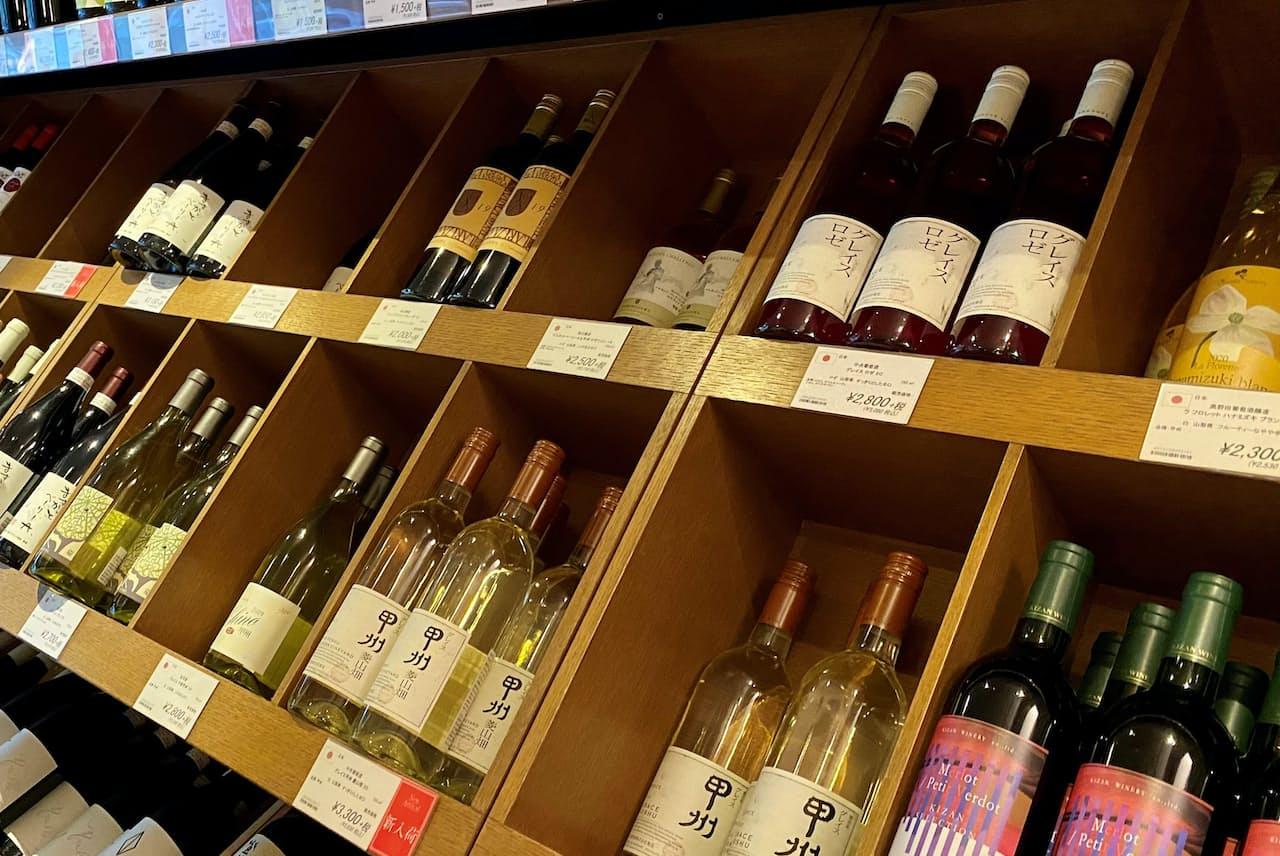 カーヴドリラックス虎ノ門本店(東京都港区)の店頭に並ぶ「甲州」。品ぞろえも豊富だ