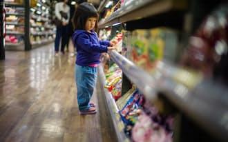 幼児期に強い塩味の食べ物を与えられると、その後、塩分を好むようになりやすい(写真:Getty Images)
