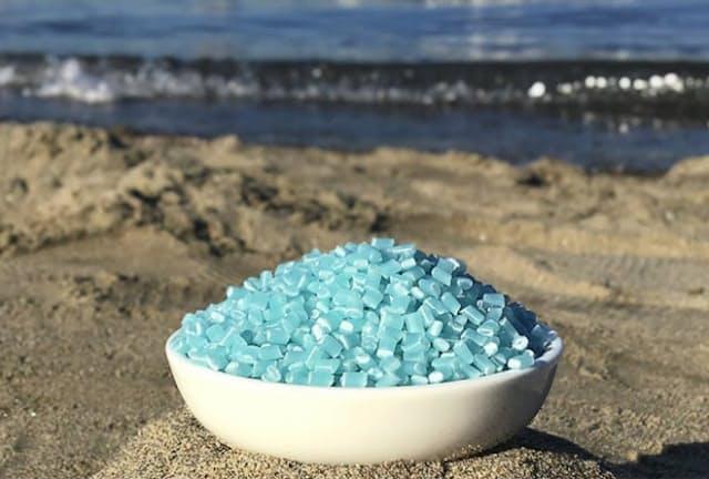 原料になるペレット。海洋プラスチックと再生ポリプロピレンを混合したもので、特に着色はしていない