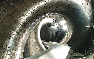 大型ヘリカル実験装置の真空容器の内部