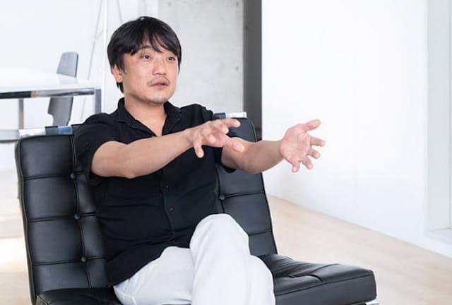 VRゲームを手掛けるThirdverse(サードバース、東京・千代田)のCEO(最高経営責任者)、國光宏尚氏。2007年にgumiを創業し、SNSなどのモバイルインターネット事業を展開。さらに、VR(仮想現実)やブロックチェーン関連ビジネスも次々と手掛けた。21年7月にgumi会長を退任し、同年8月から現職