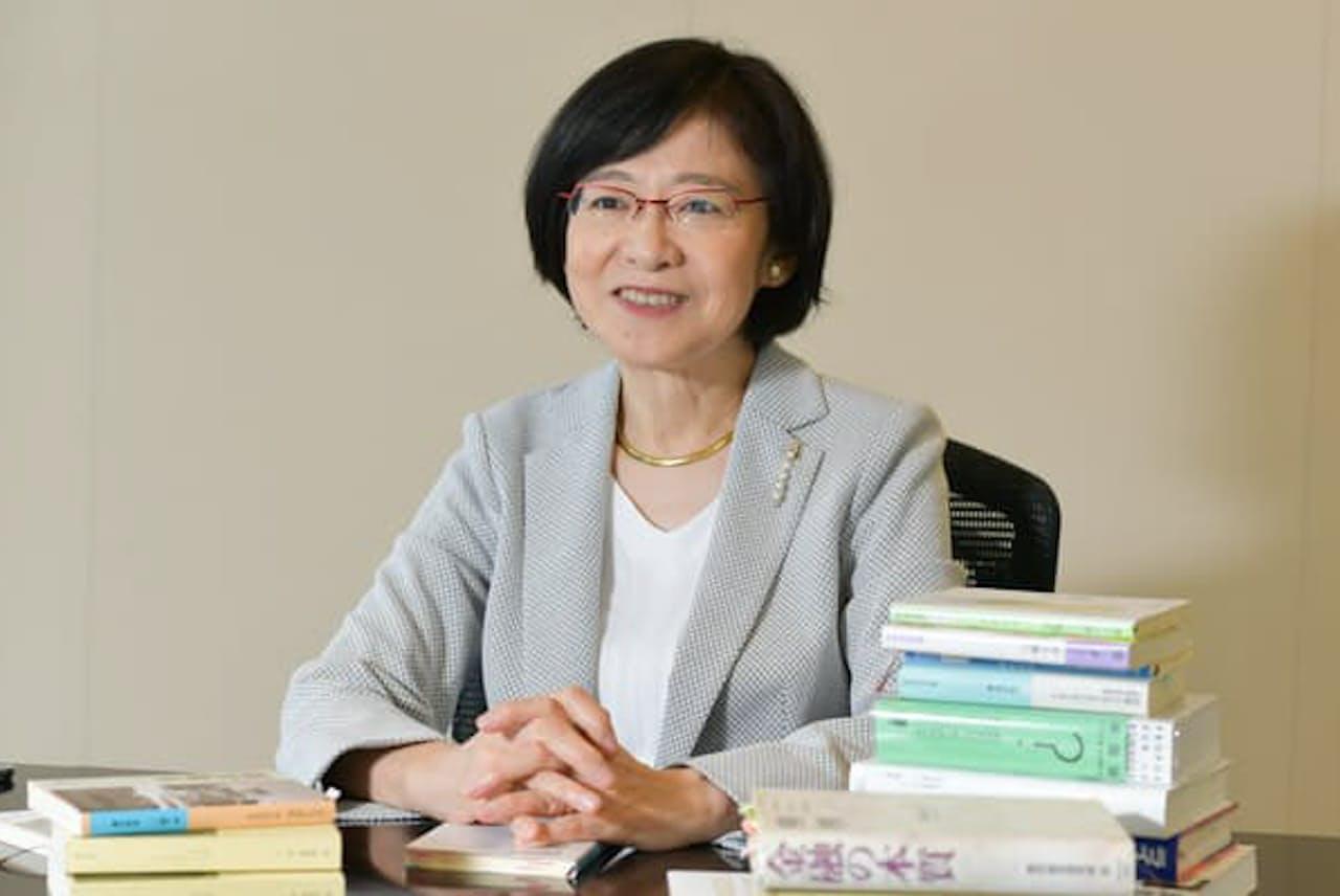 おきな・ゆり 東京出身。84年慶大院修了。日銀勤務を経て日本総研に。2018年から理事長。金融審議会、規制改革会議などで経済政策を提言してきた。
