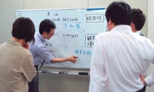 写真1 大阪ガス「データ分析講習」でのグループワークの様子。概念図を描いてみる
