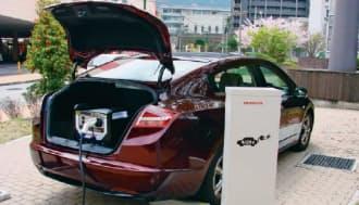 図4 ホンダが実証中のV2Hシステム。燃料電池車の荷室に可搬型の電力変換装置を搭載して使う。V2Hを使わないときはPCSを取り外してスペースを有効活用できる