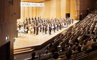 図1 4月26日、九州交響楽団によるこけら落としの公演が開かれた。半円形に広がる観客席は、最大で約3000人を収容する(写真:吉田誠、以降すべて同じ)
