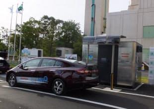 さいたま市へ引き渡された「スマート水素ステーション」(右)