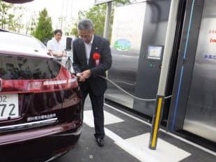 燃料電池車へ水素を充填している様子。水素の充填は3分程度で完了する