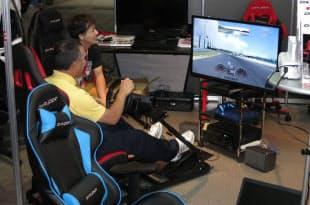 ハンドルなどのコントローラーを取り付けられるシート型のほか、オフィスチェア型の製品もある