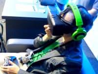 「オキュラス・リフト DK2」を利用している様子(東京ゲームショウの展示ブース)