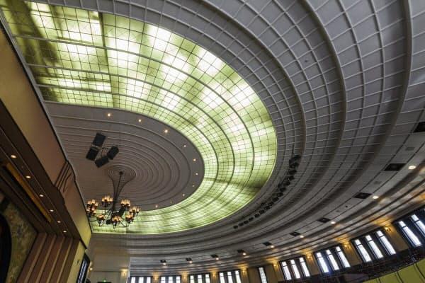 改修直前の東大安田講堂の天井。重さが1m2(平方メートル)当たり100kgの吊り天井だった(写真:小川 重雄)