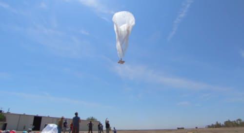 図2 実験で気球を飛ばす様子(Project LoonのWebサイト内の紹介動画の1シーン)