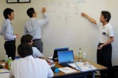 研修の様子。写真右は受講者らを指導する横田氏