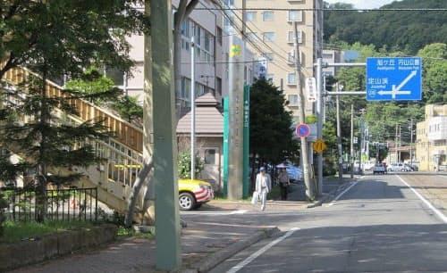 交差点部に歩道橋の支柱があると死角が生じて安全に支障を来すケースがある(写真:札幌市)