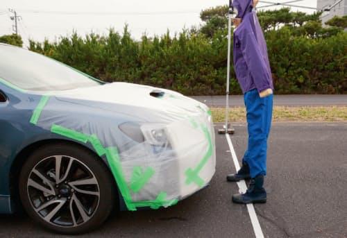 図1 レヴォーグの試験風景。車速約20km/hで歩行者を模擬したターゲットに走らせたときの様子