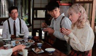 大物俳優に囲まれ、食べながらセリフを言う演技は想像以上に難易度が高い。そこでのシャーロットの熱演にも注目だ
