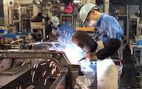 ロボットによる溶接の一部を手作業に置き換えたトヨタ自動車の本社工場(愛知県豊田市)
