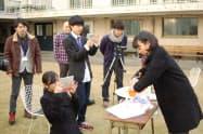 インターンシップで藤原麻里菜の出演するユーチューブ動画を作成する学生たち