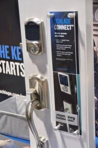 今年のCESはスマホなどから鍵の開け閉めを制御するワイヤレス・ロックの展示が増えてブームの前兆を感じさせる。これは米シュレージ(Schlage)のワイヤレス玄関ドアロック