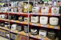 量販店の炊飯器コーナーには、さまざまな種類の炊飯器が並んでいる(ビックロ ビックカメラ新宿東口店)