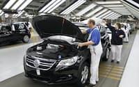 MQB生産を先行した独工場は生産性の悪化に苦しんでいる(VW独工場の生産ライン=AP)