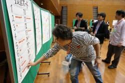 参加者が評価する作品にシールを貼って投票した
