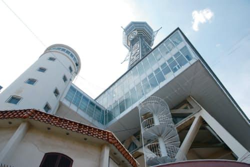 2階までのエレベーターを別棟(左端)に設けていたことが免震改修には好都合だった。エレベーター棟や屋外階段と塔との間にエキスパンションジョイントを加える(写真:日経コンストラクション)