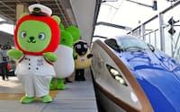 長野駅に到着したW7系の試乗列車。長野県のPRキャラクター「アルクマ」らが出迎えた(写真:小佐野カゲトシ)