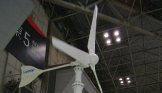 図3 太陽光発電システムの販売事業者が「第8回[国際]太陽電池展(PV Expo 2015)」に出展していた小型(出力:3kW)の風力発電機(出典: 日経BPクリーンテック研究所)