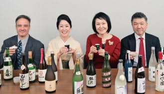 """左から、ジョン・ゴントナーさん、葉石かおりさん、山同敦子さん、松崎晴雄さん。日本酒界を代表する""""目利き""""が4人集まることはめったにない。それだけに今回のセレクションは注目度が高い"""